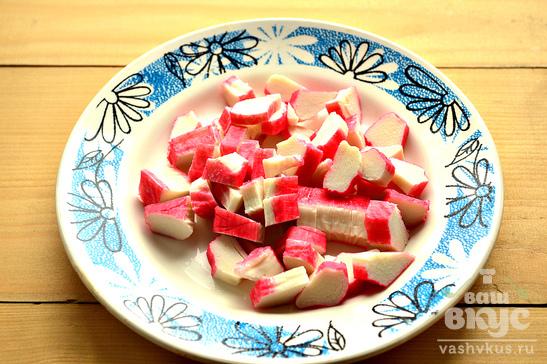 Салат с помидорами, яйцами и крабовыми палочками