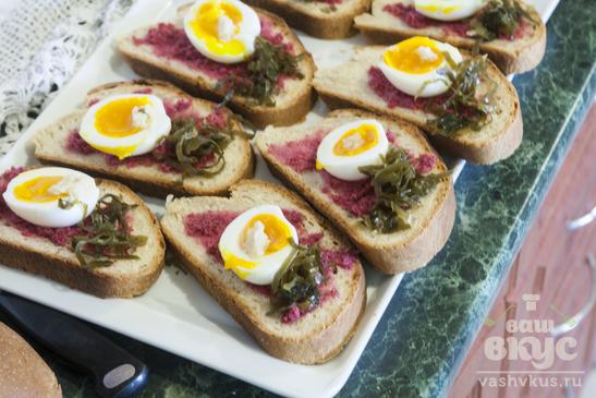 Бутерброд с яйцом, хреном и морской капустой
