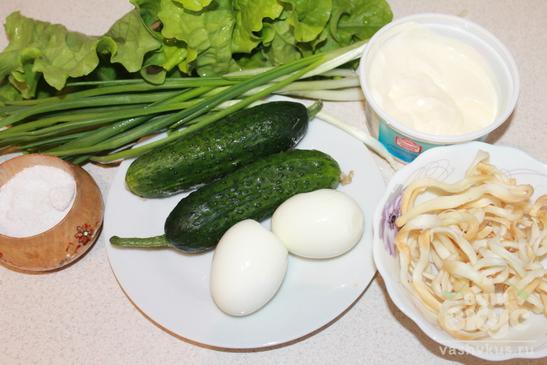 Весенний салат с яйцом и огурцом