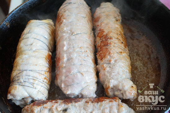 Мясной рулет с ветчиной, сыром и маринованным огурцом