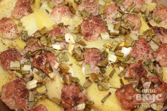 Картофель с мясными шариками и зеленым чесноком в духовке