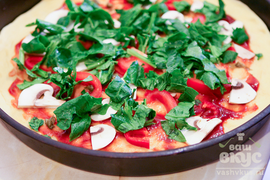Пицца со шпинатом, чесноком и колбасой
