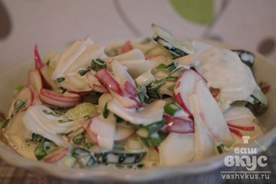 Весенний салат с редисом и огурцом
