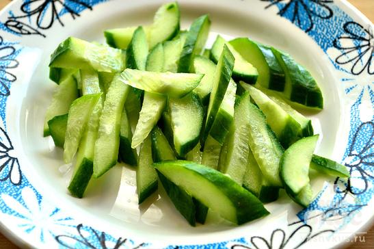 Салат с плавленным сыром, овощами и крабовыми палочками