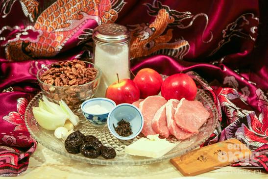 Рулетики из свинины с орехами и черносливом