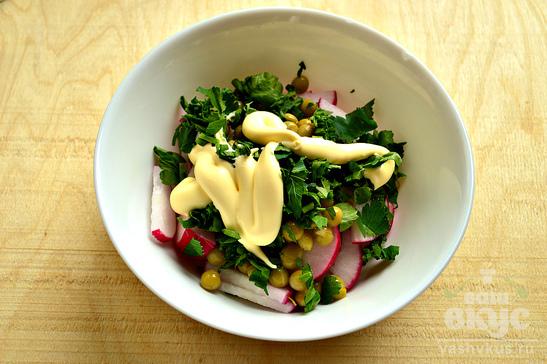 Простой салат с редиской и петрушкой