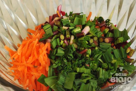 Весенне - зимний салат из свеклы с зеленью