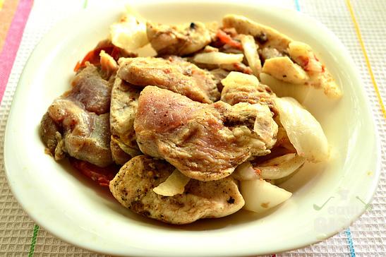 Шашлык из свинины с помидорами и луком на сковороде