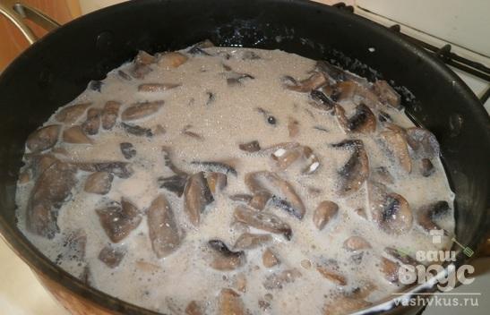 Молодой картофель с грибами в сметанном соусе