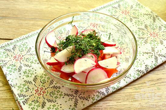 Салат с помидором, редисом и зеленью
