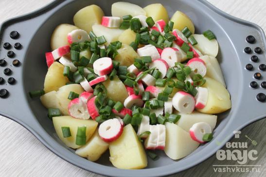 Запеченный молодой картофель с крабовыми палочками
