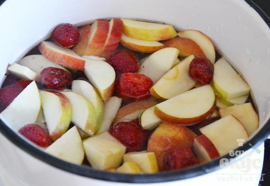Компот из клубники и яблок
