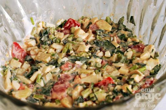 Салат с помидорами, брынзой и черемшой