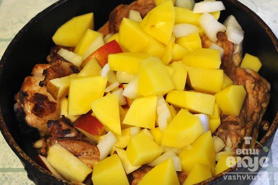 Куриные окорочка с яблоками и картофелем