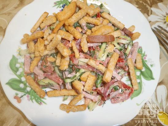 Салат из колбасы, овощей и сухариков