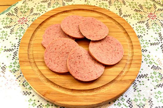 Омлет на листьях салата с колбасой и помидорами