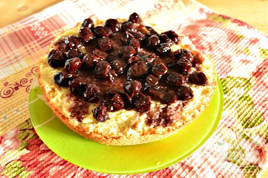 Бисквит с вишневым вареньем