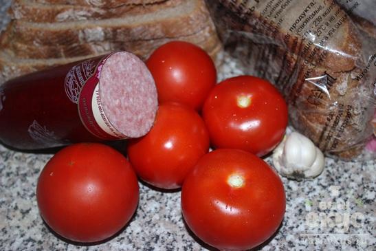 Бутерброды с черным хлебом, колбасой и помидором