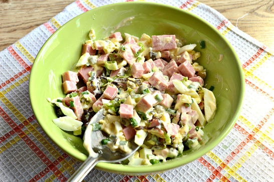Салат с зеленью, яйцом и колбасой