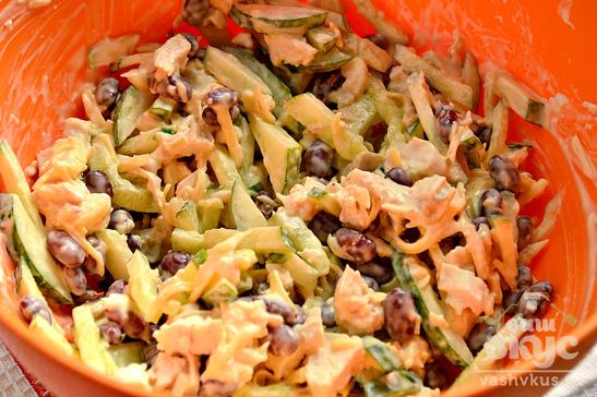 Салат с курицей, фасолью и огурцами