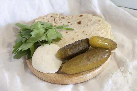 Рулетики из лаваша с сыром панир и огурцом