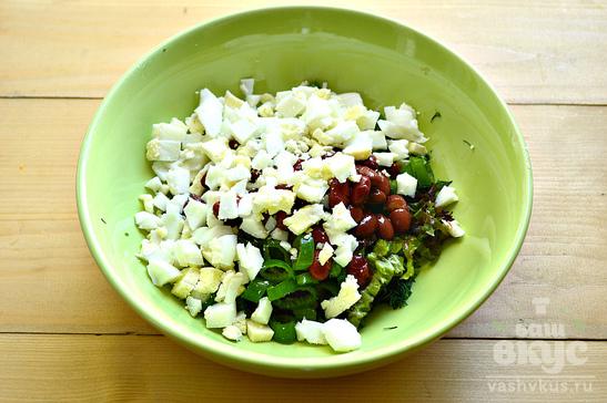 Салат с фасолью, зеленью и яйцом