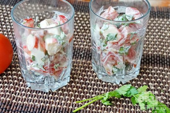 Салат из крабовых палочек и помидоров с чесноком
