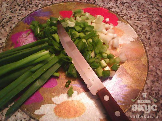 Гуляш из говядины с зеленым луком