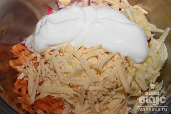 Салат с редисом, морковью, сыром и яблоком