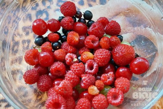 Десерт из мороженого, фруктов и печенья