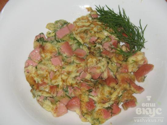 Омлет с колбасой на сковороде