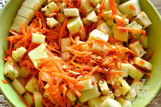 Курица, фаршированная морковью и кабачками