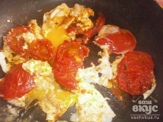 Яичница с красными помидорами
