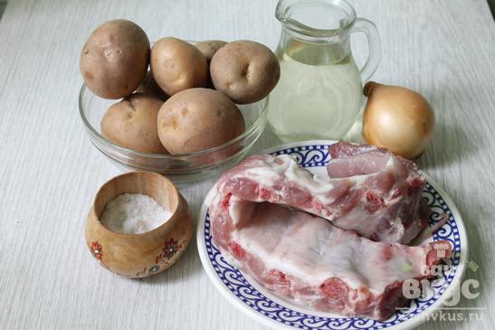 Картофельное пюре с тушеными свиными ребрышками