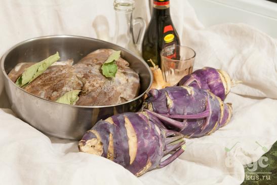 Утка с кольраби на сковороде