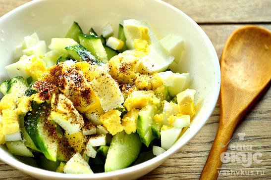 Огуречный салат с яйцом
