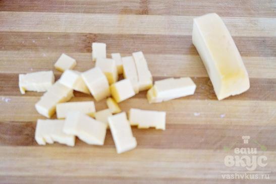 Глазунья с колбасой, сыром и помидором