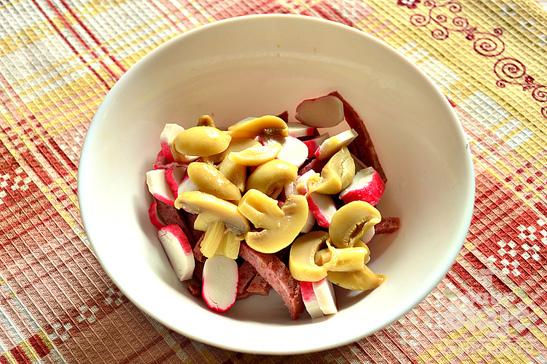 Быстрый салат с салями и оливками