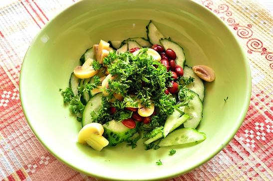 Огуречный салат с маринованными шампиньонами и красной фасолью
