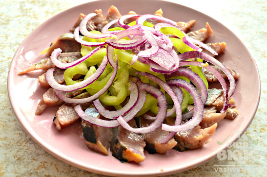 Закуска из сельди, болгарского перца и фиолетового лука