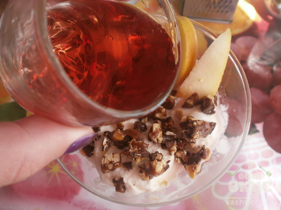Белое мороженое с грушами и алкогольной настойкой
