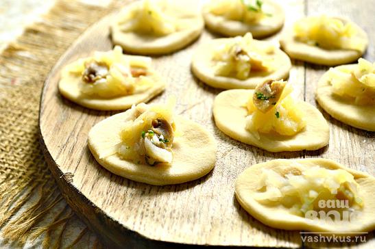 Вареники с отварным картофелем и маринованными грибами