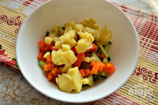 Огуречный салат с отварными овощами