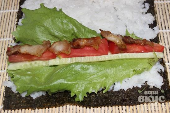 Роллы с помидором, огурцом, беконом и салатом