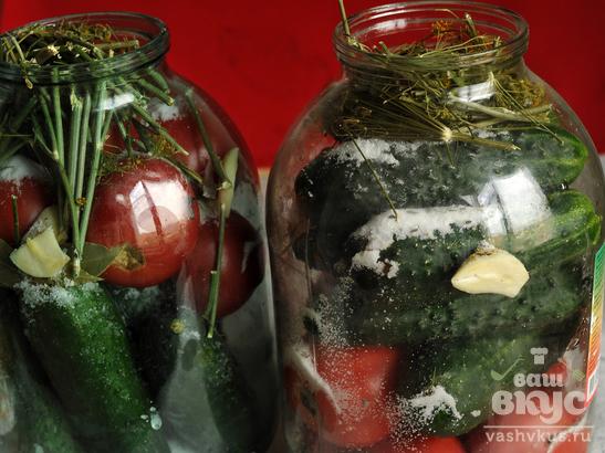 Домашний засол ассорти из помидоров и огурцов