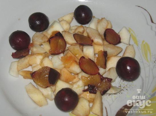 Шарлотка с яблоком и сливами