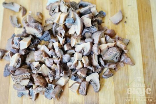 Окорочок с грибами и луком в сметане