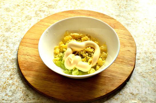 Яйца, фаршированные огуречным салатом