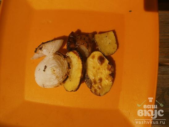 Картофель с салом и луком на гриле