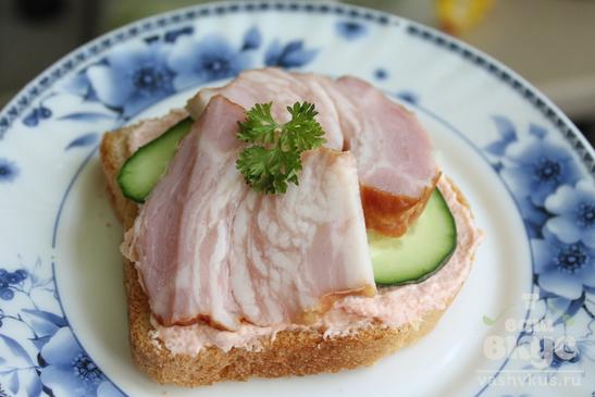 Бутерброды с икрой мойвы, огурцами и копченой грудинкой